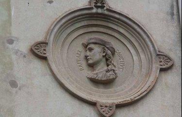Hi ha una casa a Sant Feliu amb un curiós homenatge a un dels pintors italians més importants del Renaixement?